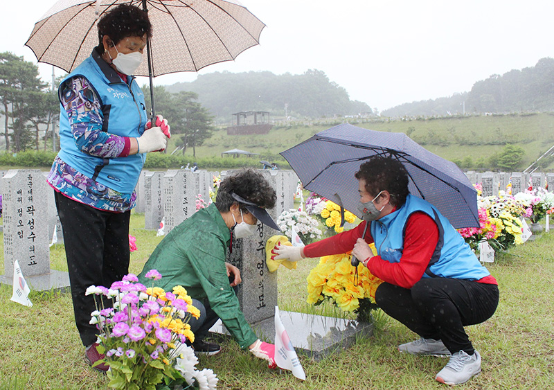 대전자생한방병원 대전 자생봉사단이 지난 3일 국립대전현충원을 찾아 봉사활동을 하고 있다. | 자생한방병원·자생의료재단
