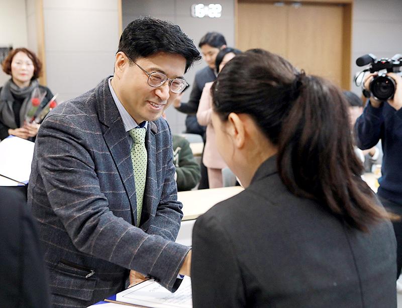 자생의료재단 신민식 사회공헌위원장이 한 장학생에게 장학증서를 전달하고 있다   자생한방병원