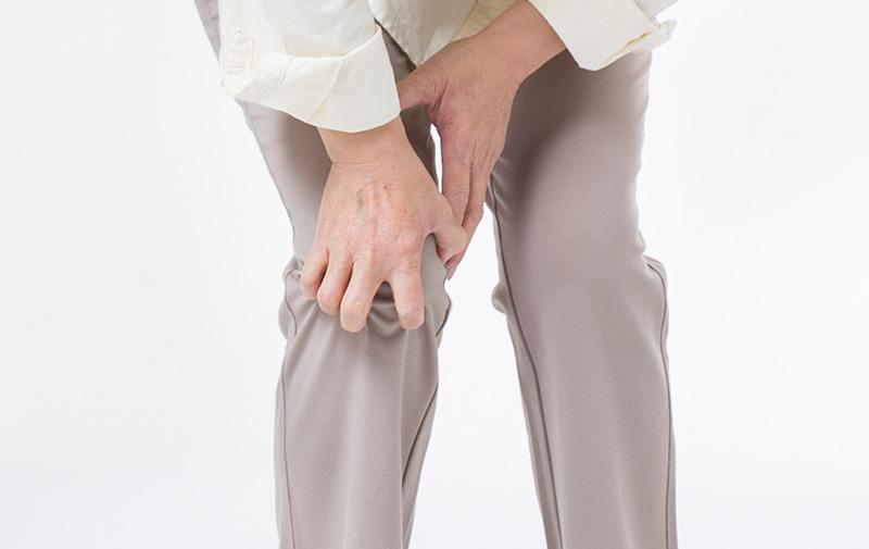 한 노인이 관절염으로 무릎 통증을 호소하고 있다