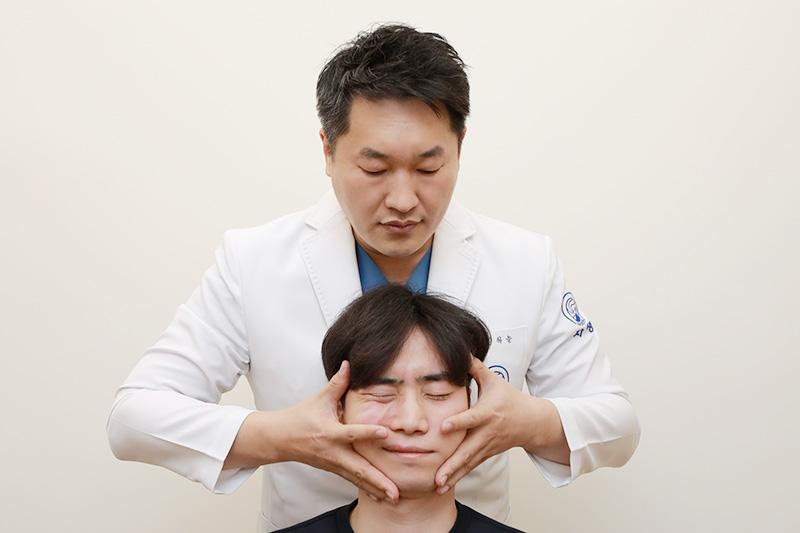 자생한방병원 김하늘 한의사가 안면신경마비 치료를 실시하고 있다. | 자생한방병원·자생의료재단