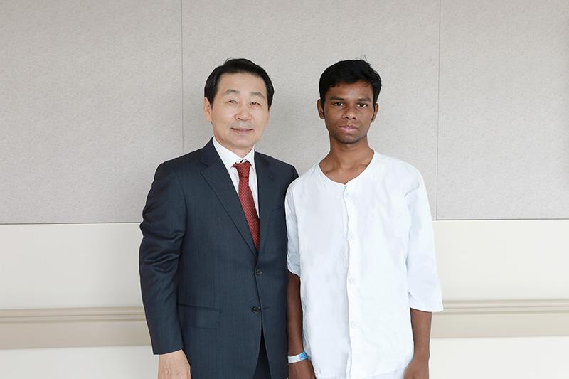 [사진설명] 자생의료재단 박병모 이사장(왼쪽)과 방글라데시 청년 피터가 사진 촬영을 하고 있다 - 자생의료재단ㆍ자생한방병원