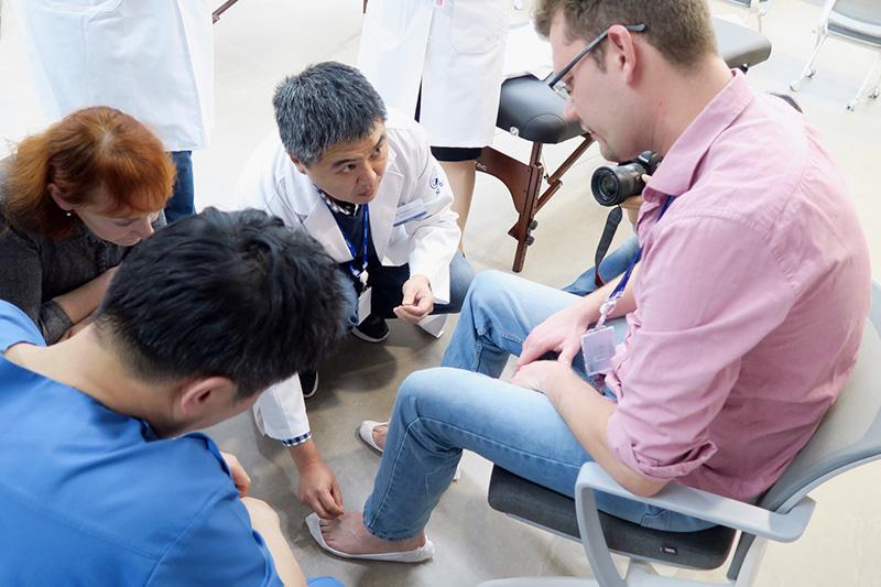러시아ㆍ벨라수스 의료진 연수단이 자생한방병원 한의학 임상 연수 프로그램에 참가해 실습을 진행하고 있다