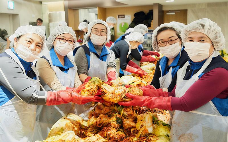 [사진설명] 자생봉사단 자원봉사자들이 취약계층에게 전달할 김장김치를 마련하고 있다 - 자생의료재단ㆍ자생한방병원