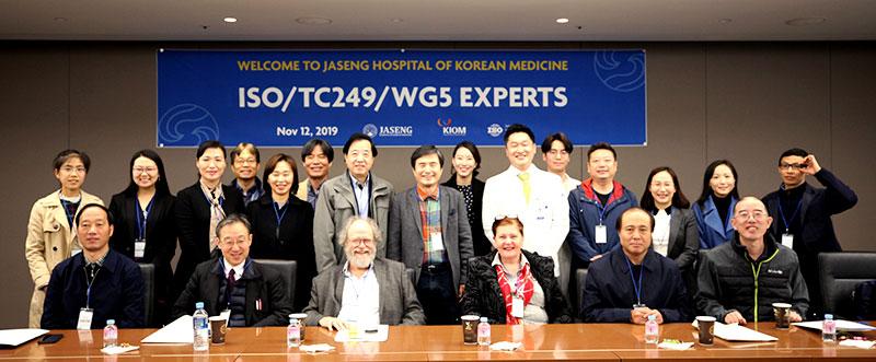 [사진설명] 자생한방병원 국제진료센터 관계자들과 외국 의료계 전문가, 한국한의학연구원 관계자들이 사진 촬영을 하고 있다