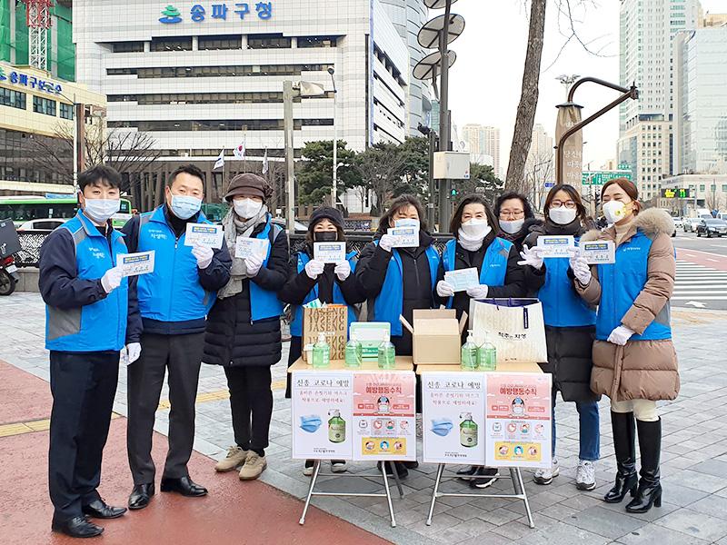 잠실자생한방병원 임직원과 자생봉사단원들이 캠페인 부스 앞에서 기념 촬영을 하고 있다