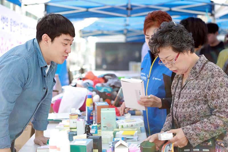 [사진설명] 자생의료재단 임직원들이 희망드림 자선 바자회에서 기부 물품을 판매하고 있다 - 자생한방병원ㆍ자생의료재단