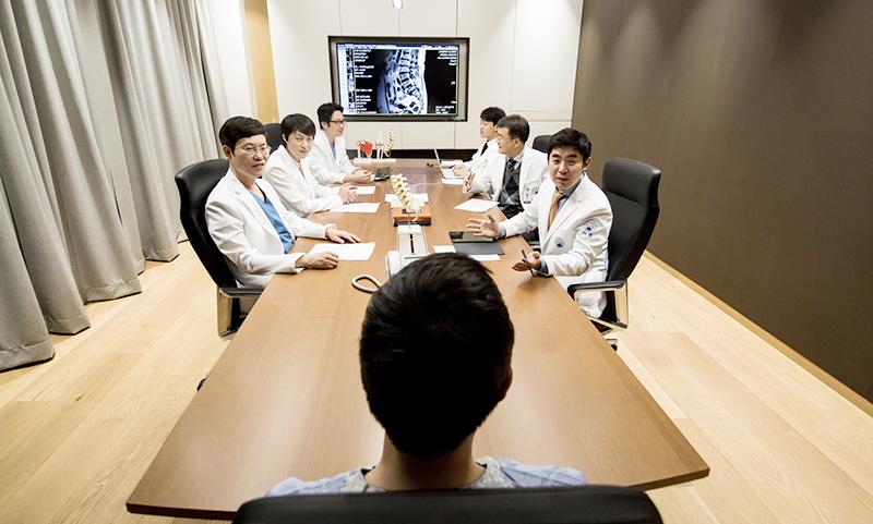 자생한방병원 의료진들이 척추 환자를 대상으로 동시 협진 '한자리 진료'를 실시하고 있다 | 자생한방병원·자생의료재단