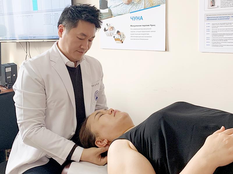 자생한방병원 김하늘 국제진료센터장이 키르기스스탄 환자를 진료하고 있다.