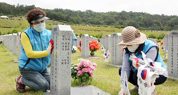 대전자생한방병원, 대전현충원 찾아 태극기 꽂기 봉사활동 펼쳐