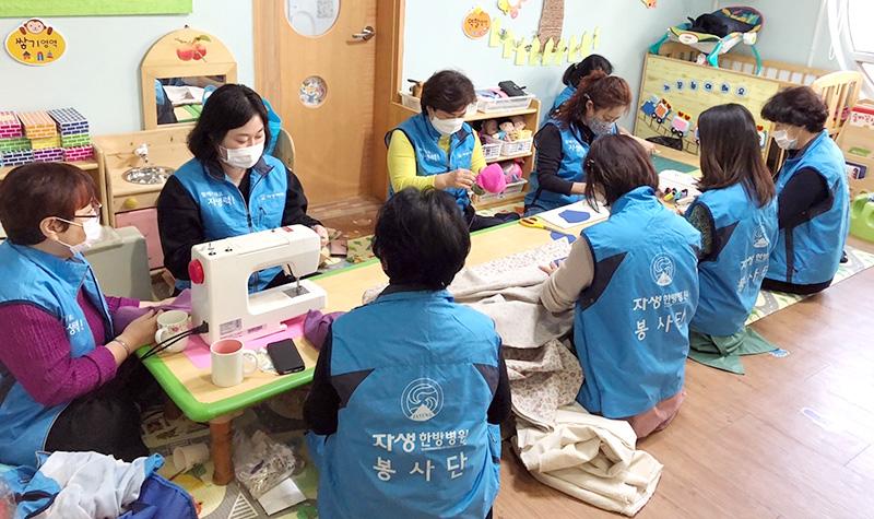 울산 자생봉사단원들이 면 마스크를 손수 제작 중인 모습