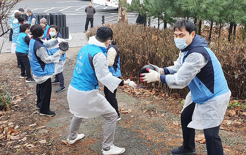 자생의료재단 '사랑의 연탄 나누기'에 참가한 봉사자들이 강남구 달터마을을 찾아 연탄을 전달하고 있다
