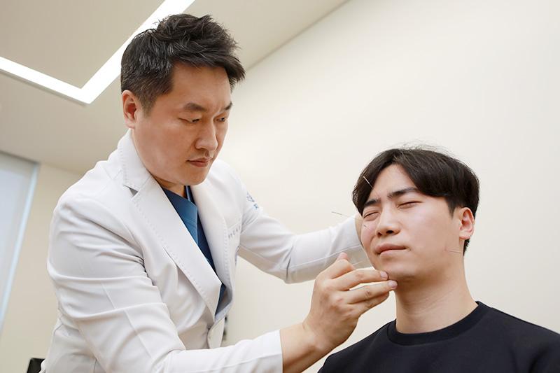 자생한방병원 김하늘 한의사가 안면신경마비 치료를 실시하고 있다 | 자생한방병원·자생의료재단