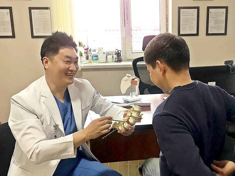 [사진설명] 자생한방병원 김하늘 국제진료센터장이 한방 진료소를 찾은 키르기스스탄 환자를 진료하고 있다