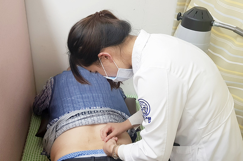 [사진설명] 분당자생한방병원 의료진이 진료소를 방문한 노인에게 침치료를 시행하고 있다 - 자생한방병원ㆍ자생의료재단