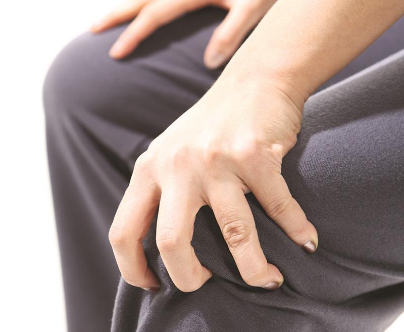 한 중년 여성이 무릎 통증을 호소하고 있다 | 자생한방병원·자생의료재단
