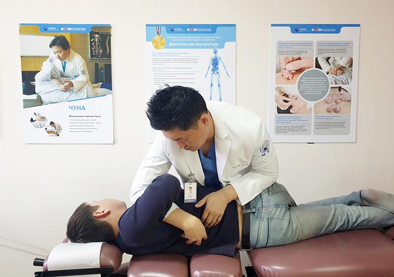 [사진설명] 자생한방병원 김하늘 국제진료센터장이 한방 진료소를 찾은 키르기스스탄 환자에게 추나요법을 실시하고 있다
