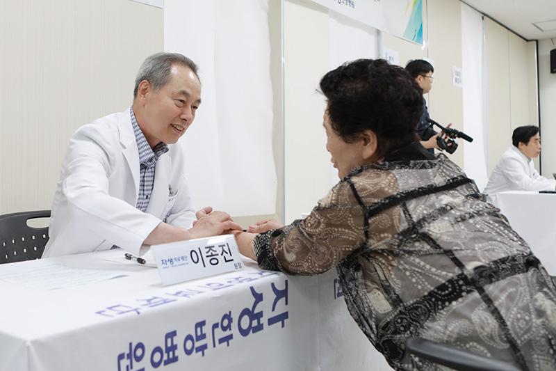 [사진설명] 자생한방병원 의료진이 한방 의료봉사에 참여해 지역 노인의 건강을 돌보고 있다