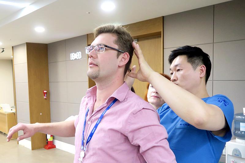 자생한방병원 국제진료센터 김하늘 센터장(오른쪽)이 한의학 임상 연수 프로그램에 참가한 러시아ㆍ벨라수스 의료진들을 교육하고 있다
