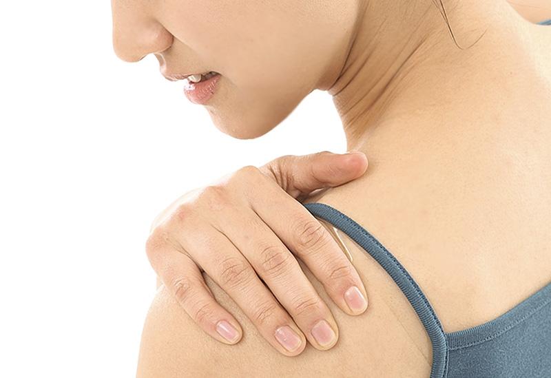 한 여성이 어깨 통증을 느끼고 있다 | 자생한방병원·자생의료재단