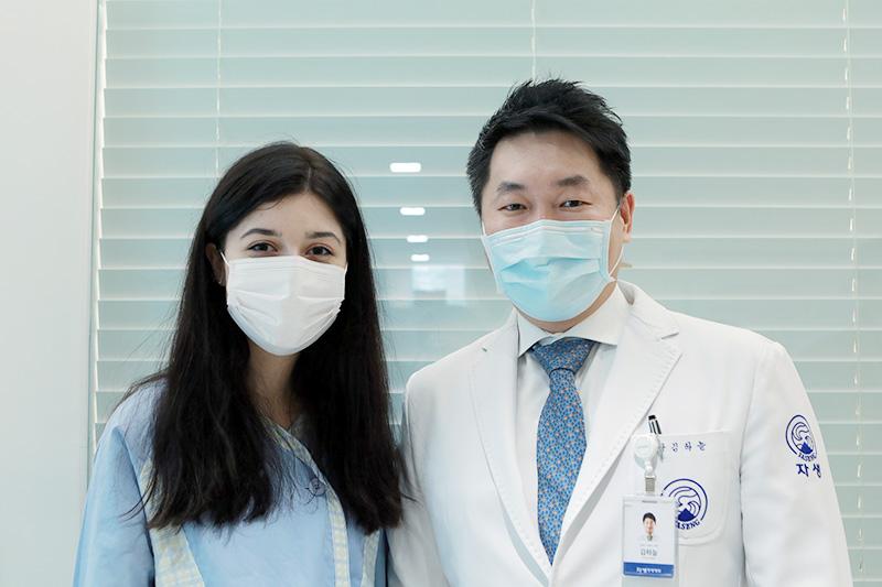 자생한방병원 김하늘 국제진료센터장(오른쪽)과 독립운동가 최재형 선생의 후손 박엘레나 양(왼쪽)이사진 촬영을 하고 있다 | 자생한방병원·자생의료재단