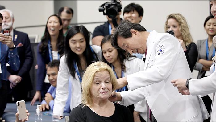 자생의료재단 신준식 명예이사장이 MD와 DO 등 국 의료계 전문가들을 대상으로 침치료를 시연하고 있다.