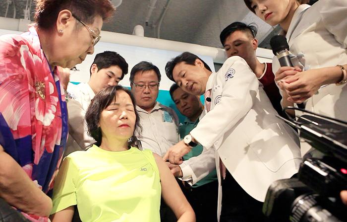 홍콩 현지에서 열린 강연에서 자생의료재단 신준식 명예이사장이 어깨가 아픈 환자를 대상으로 침 치료를 실시하고 있다.