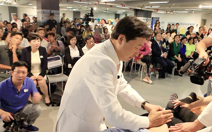 홍콩 현지에서 열린 강연에서  자생의료재단 신준식 명예이사장이 추나요법을 시연하고 있다.