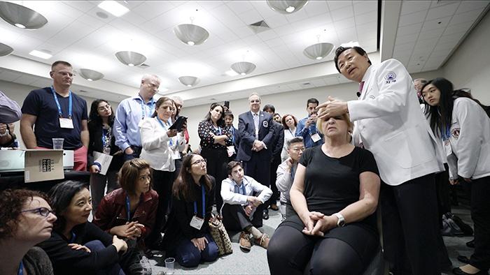 자생의료재단 신준식 명예이사장이 지난 6일(현지시간) 미국 샌디에이고에서 열린 'OMED 2018'에서 미국 의료계 전문가들을 대상으로 한방 비수술 치료법 강연을 실시했다