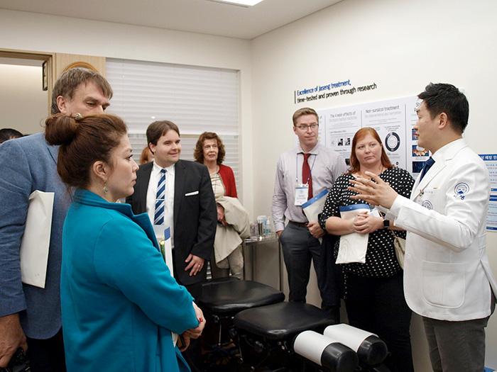 자생한방병원 김하늘 국제진료센터장이 해외 10개국 보건의료전문가로 구성된 연수단에게 한방 치료법에 대해 설명하고 있다